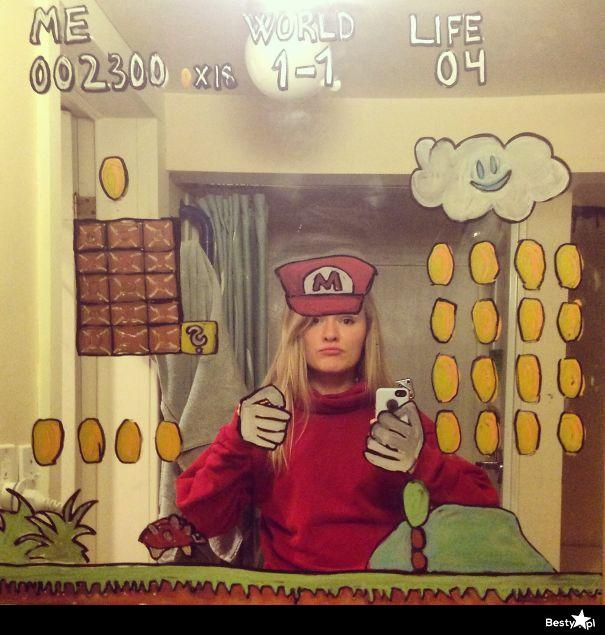Dziewczyna z Norwegii maluje na lustrze i robi sobie selfie. Genialne!