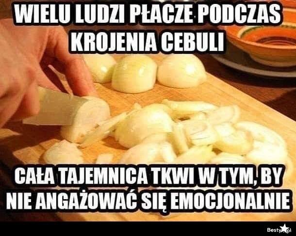 Wielu ludzi płacze podczas krojenia cebuli...